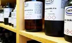 armazenamento de reagentes em laboratório